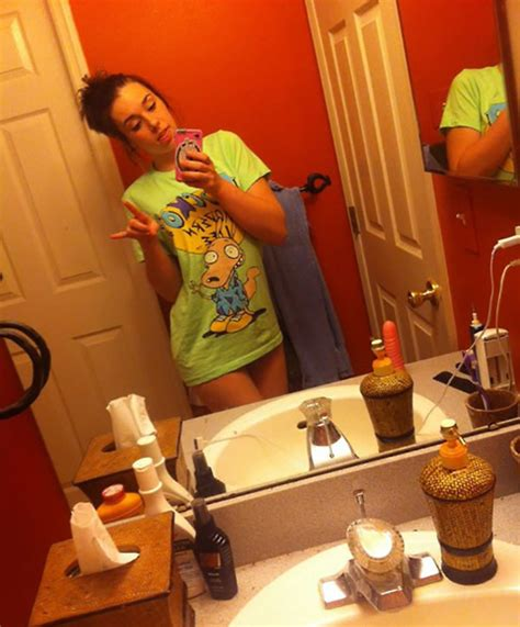 35 Worst Selfie Fails From People Who Forgot to Check