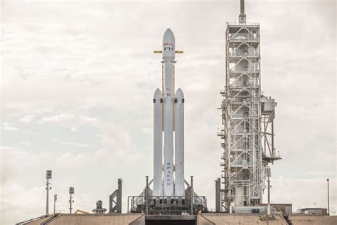 SpaceX shows off stunning pictures of its Falcon Heavy